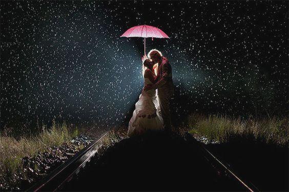 夜の線路でキスする二人