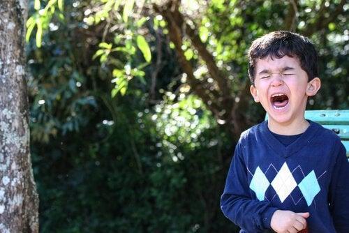 ベンチで泣く男の子