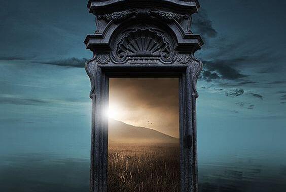 扉の向こうに広がる草原