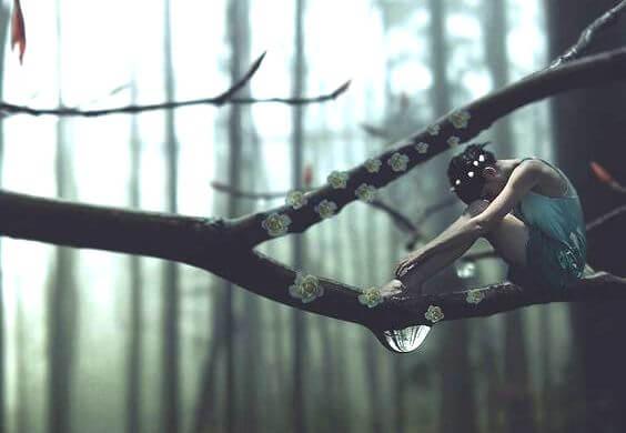 木の枝に座る女性のフィギア