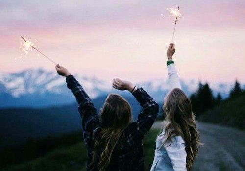 花火を空に掲げる二人の少女