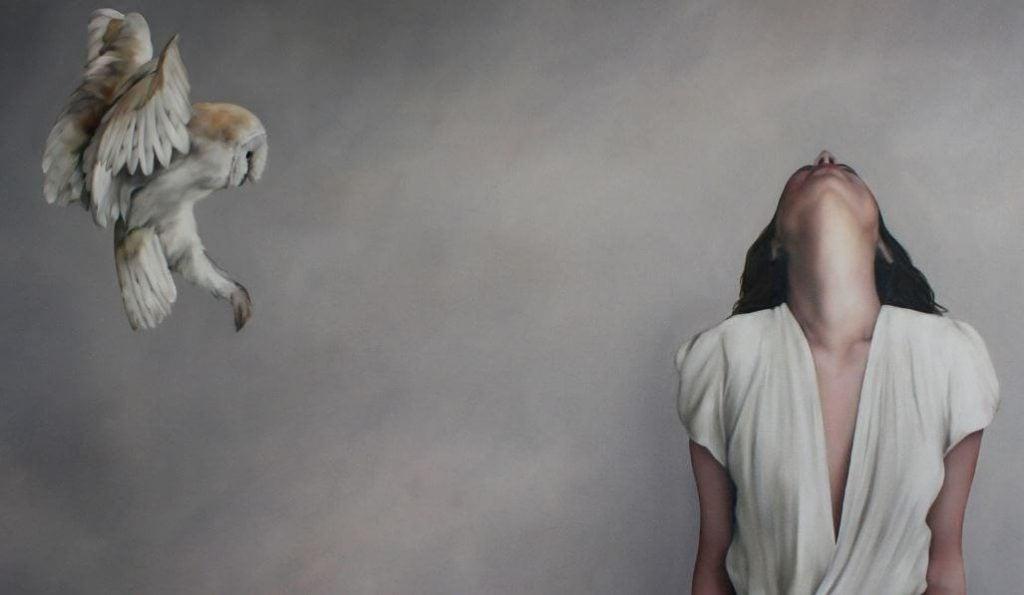 フクロウと上を見上げる女性