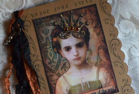 冠のシールを貼られた女の子の写真