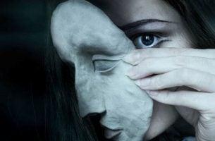 仮面をつける女性