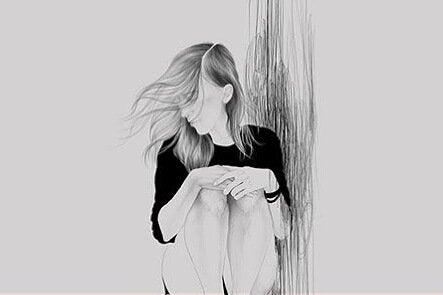 壁際に座り込む女性