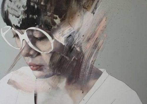 白縁の眼鏡をかけた女性