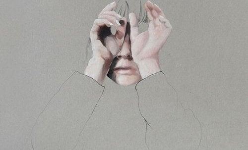 両手で目をふさぐ女性