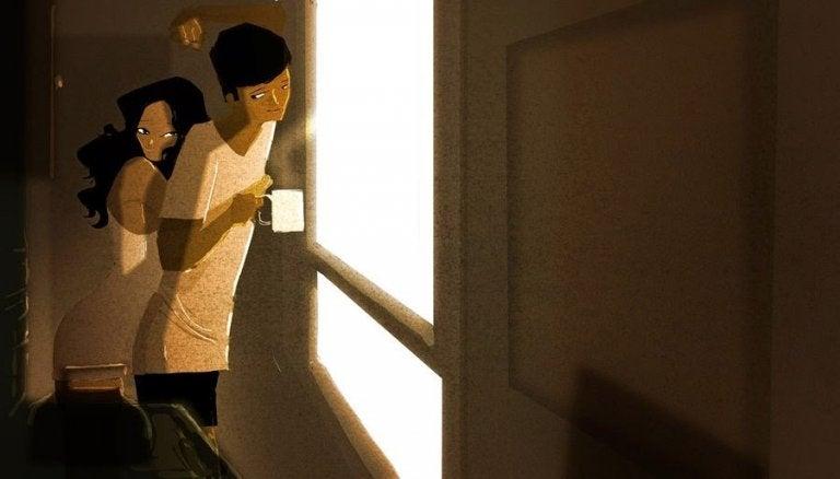 朝のコーヒーと抱き合うカップル