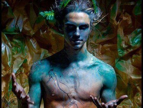 緑と青の男性