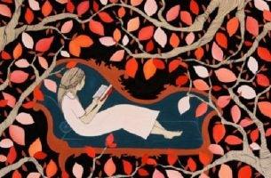 椅子に座って読書する女性