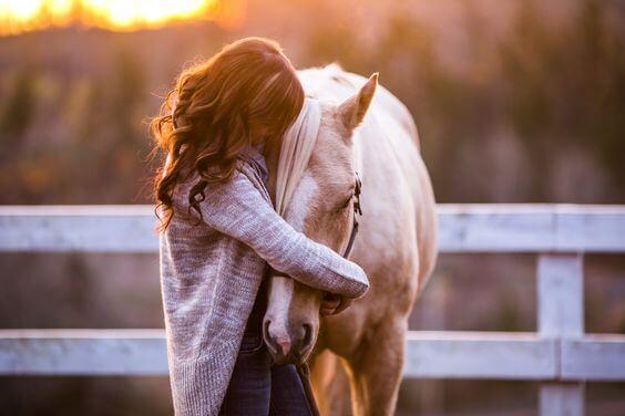 馬の頭を抱く女性