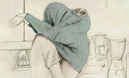 セーターの中でキスをする二人