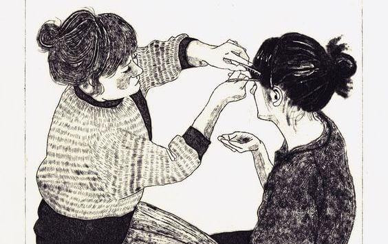 姉妹の髪を切る