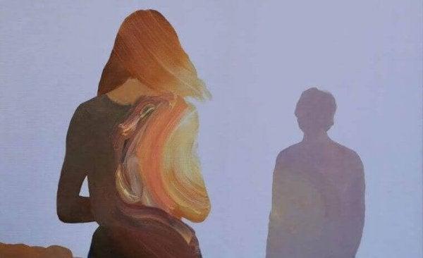 向き合う男女の影