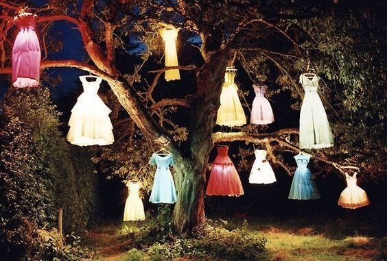 木にかけられた様々なドレス