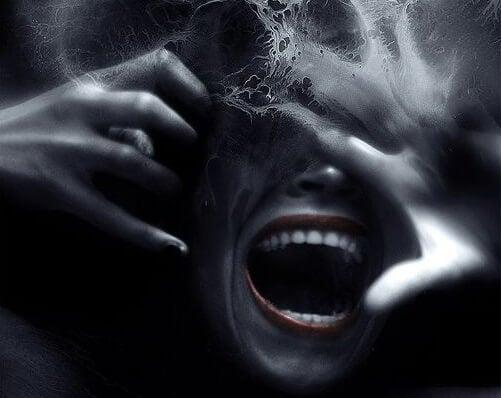 叫び声をあげる女性