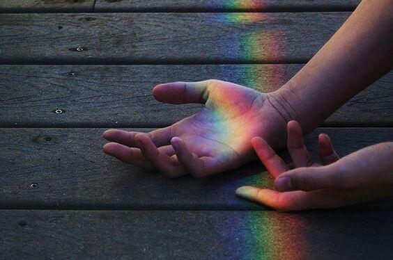 手に映る虹