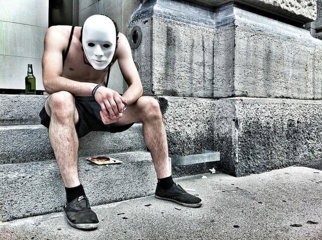 マスクをかぶった男性