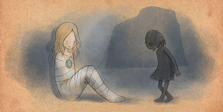 ミイラの女性に近づく少女