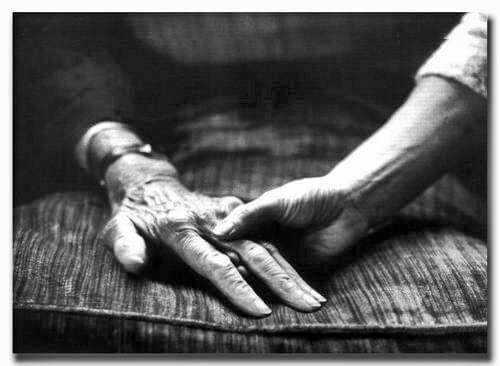 手を取り合う老人