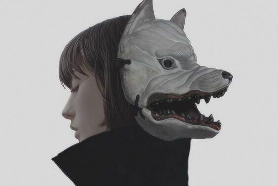狐の仮面を後ろ向きに被った女性