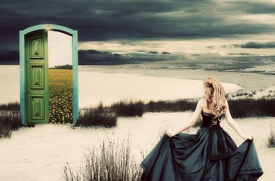 黒いドレスの女性と緑の扉