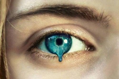 溶けて流れる瞳