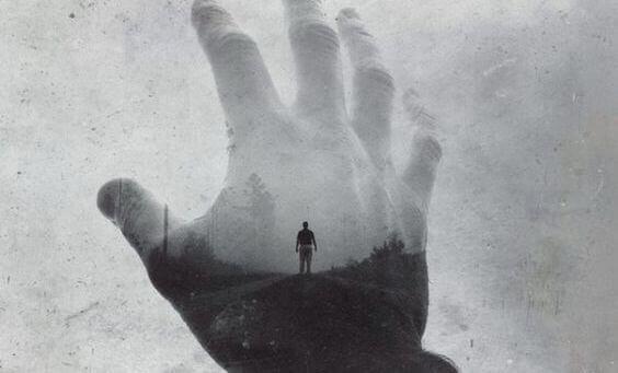 手の向こうに立つ男性