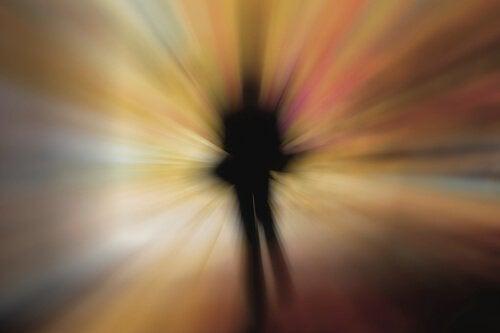 後光の差す男性の影