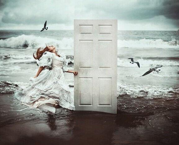 少女とビーチのドア
