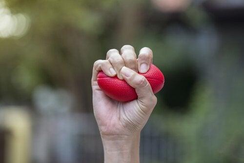 ストレスボールを握る