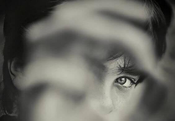 隙間から覗く子供の目