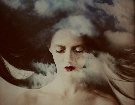 雲に浮かぶ女性の顔