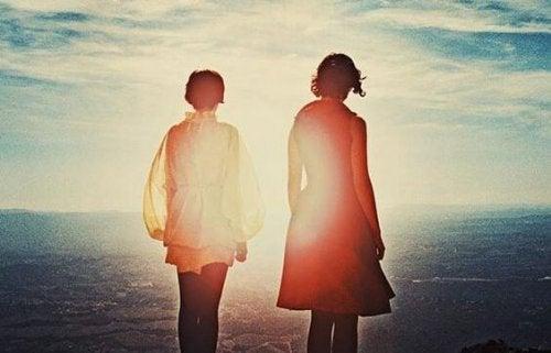 海辺に立つ二人の女性