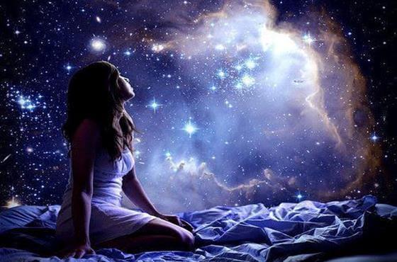 宇宙の星を見上げる女性