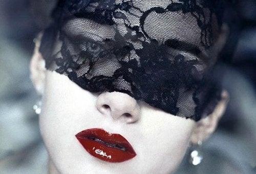 黒いベールをかけた女性