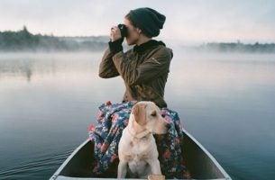 ボートに乗る犬と女性