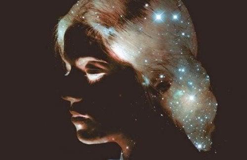 女性の髪にちりばめられた星