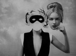 仮面を残して顔を取り去る女性