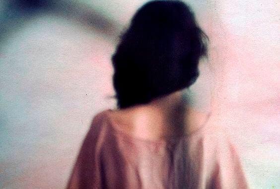 長い黒髪の女性の後ろ姿