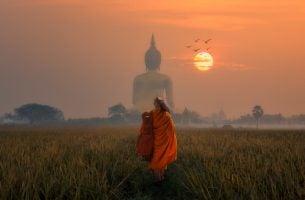 夕日とブッダの背に向かい歩く僧