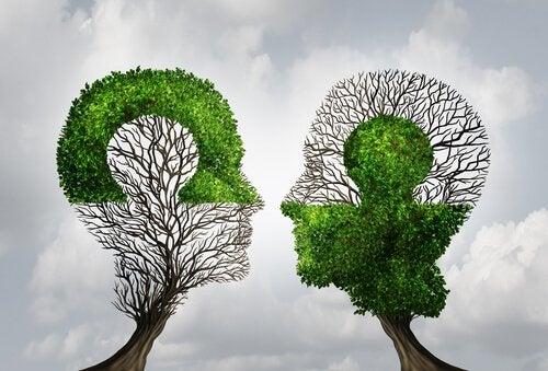 頭の形をした木2本