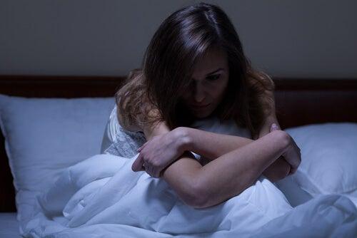 悲しい眠れない女性