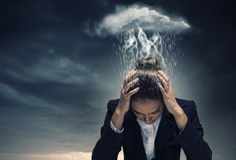 悩む女性に降りかかる雨