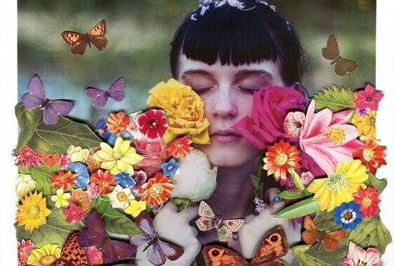 花に包まれる女性