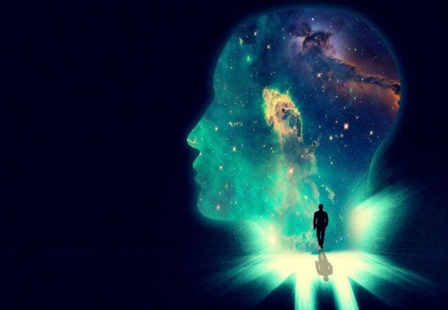 宇宙に向かって歩く男性