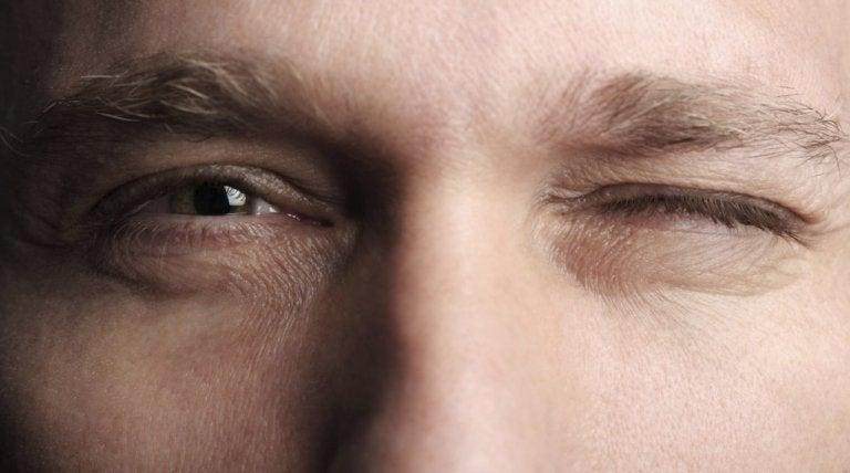 ウインクする男性の目