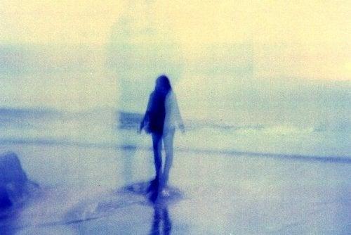 海辺に立つ人の影