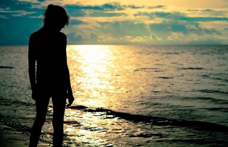 海辺に立つ人