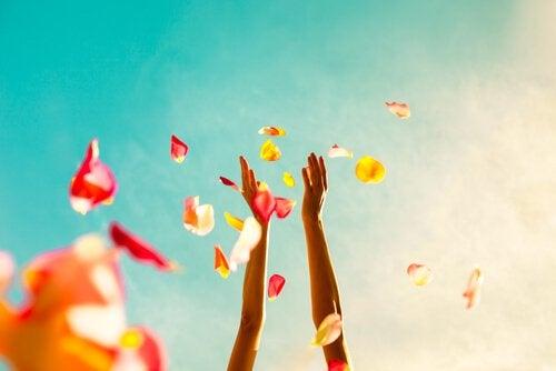 花びらを空に投げる